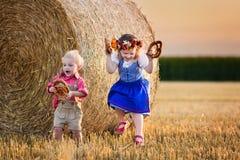 Ungar som spelar i vetefält i Tyskland Royaltyfri Fotografi