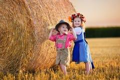 Ungar som spelar i vetefält i Tyskland Arkivbild