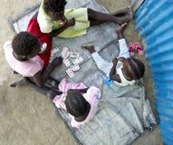 Ungar som spelar lekar i Afrika Fotografering för Bildbyråer