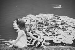 Ungar som spelar - lycklig lek Groende och tillväxt Royaltyfria Foton