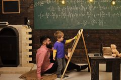 Ungar som spelar - lycklig lek Lärare och liten student som lär matematik Aritmetisk för pappaundervisningson Informell utbildnin royaltyfri fotografi