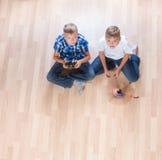 Ungar som spelar med flyghelikoptern, modellerar hemma genom att använda fjärrkontroll arkivfoto