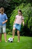 Ungar som spelar med fotboll parkerar in Fotografering för Bildbyråer
