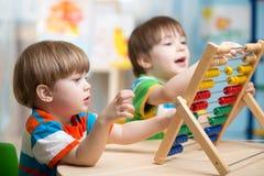 Ungar som spelar med kulrammet Royaltyfri Foto