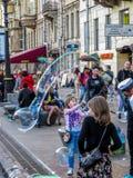 Ungar som spelar med såpbubblor royaltyfri fotografi