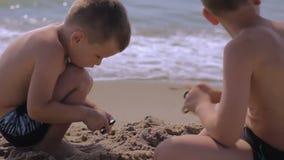 Ungar som spelar med spinnare En populär leksak för spänningsavlösning arkivfilmer