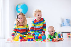 Ungar som spelar med träleksakdrevet Royaltyfria Bilder