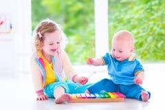 Ungar som spelar musik med xylofonen Arkivbild