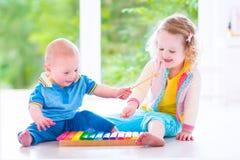 Ungar som spelar musik med xylofonen Arkivbilder