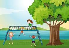 Ungar som spelar nära floden Arkivbild
