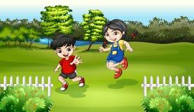 Ungar som spelar nära floden Royaltyfri Foto