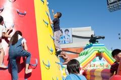 Ungar som spelar på barnuppblåsbarlekplatsen arkivbild