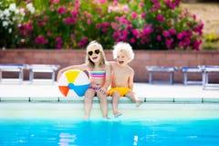 Ungar som spelar på den utomhus- simbassängen Royaltyfria Foton