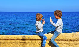 Ungar som spelar på havet Royaltyfri Fotografi