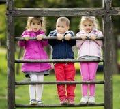 Ungar som spelar på lekplatsen royaltyfri fotografi
