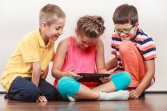 Ungar som spelar på minnestavlan Royaltyfri Foto