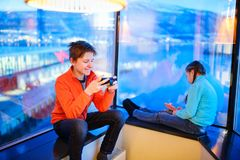 Ungar som spelar på smartphonen fotografering för bildbyråer