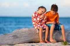 Ungar som spelar på smartphonen arkivfoto
