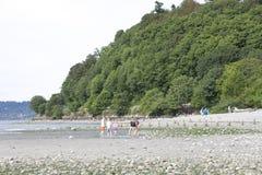 Ungar som spelar på stranden Royaltyfria Foton