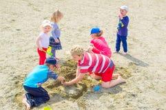 Ungar som spelar på stranden Royaltyfri Foto