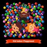 Ungar som spelar på den inomhus pölen av plast- bollar Royaltyfri Fotografi
