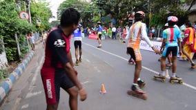 Ungar som spelar rullen som åker skridskor handbolllängd i fot räknat, filmgem stock video