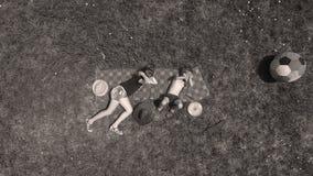 Ungar som spelar, sikt från över, syskongrupp fotografering för bildbyråer