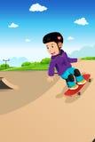 Ungar som spelar skateboarden Arkivbilder