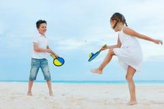 Ungar som spelar strandtennis Arkivbilder