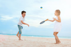 Ungar som spelar strandtennis royaltyfri bild