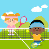 Ungar som spelar tennis på tennisbanan Arkivbilder
