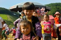 Ungar som spelar under förälskelsemarknadsfestivalen i Vietnam - redaktörs- överskrift Royaltyfri Fotografi