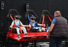 Ungar som spelar virtuell verklighetleken Arkivbild