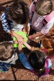 Ungar som staplar händer ovanför böcker Royaltyfri Bild