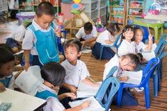 Ungar som studerar i klassrumet royaltyfria bilder