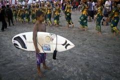 Ungar som surfar spelaren. Royaltyfria Bilder