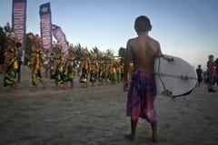 Ungar som surfar spelaren. Fotografering för Bildbyråer