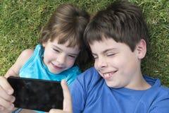 Ungar som tar fotoet med mobiltelefonen Royaltyfria Bilder