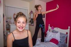 Ungar som tar selfie i rum royaltyfri bild