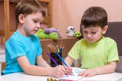 Ungar som tillsammans hemma drar Arkivbilder