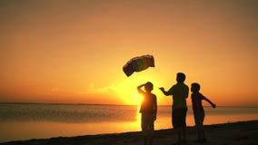 Ungar som tillsammans lanserar regnbågedraken stock video