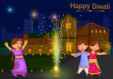Ungar som tycker om firecrackeren som firar den Diwali festivalen av Indien Royaltyfri Foto