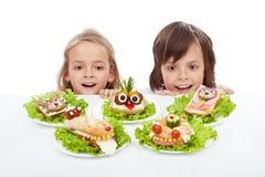 Ungar som upptäcker det sunda smörgåsalternativet Royaltyfri Foto