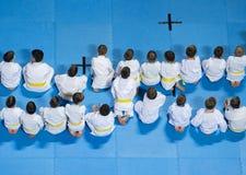 Ungar som uttrycker intresse, i att delta i karategrupp royaltyfria bilder