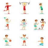 Ungar som öva olika sportar och fysiska aktiviteter i gruppidrottshall för fysisk utbildning och utomhus leka för barn Fotografering för Bildbyråer