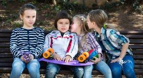 Ungar som viskar i andra öron Fotografering för Bildbyråer