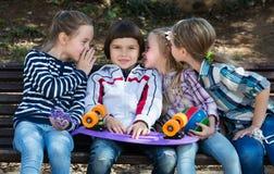Ungar som viskar i andra öron Arkivbild