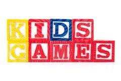 Ungar spelar - alfabetet behandla som ett barn kvarter på vit Royaltyfri Bild