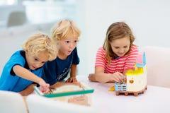 Ungar spelar br?deleken illustrationtoys f?r barn 3d arkivfoto