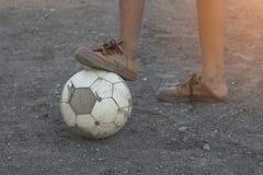 Ungar spelar fotbollfotboll för övning i aftonen Royaltyfria Bilder